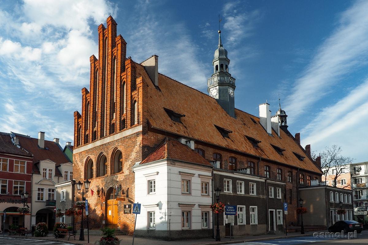 Średniowieczny, zbudowany w stylu gotyckim ratusz w Ornecie