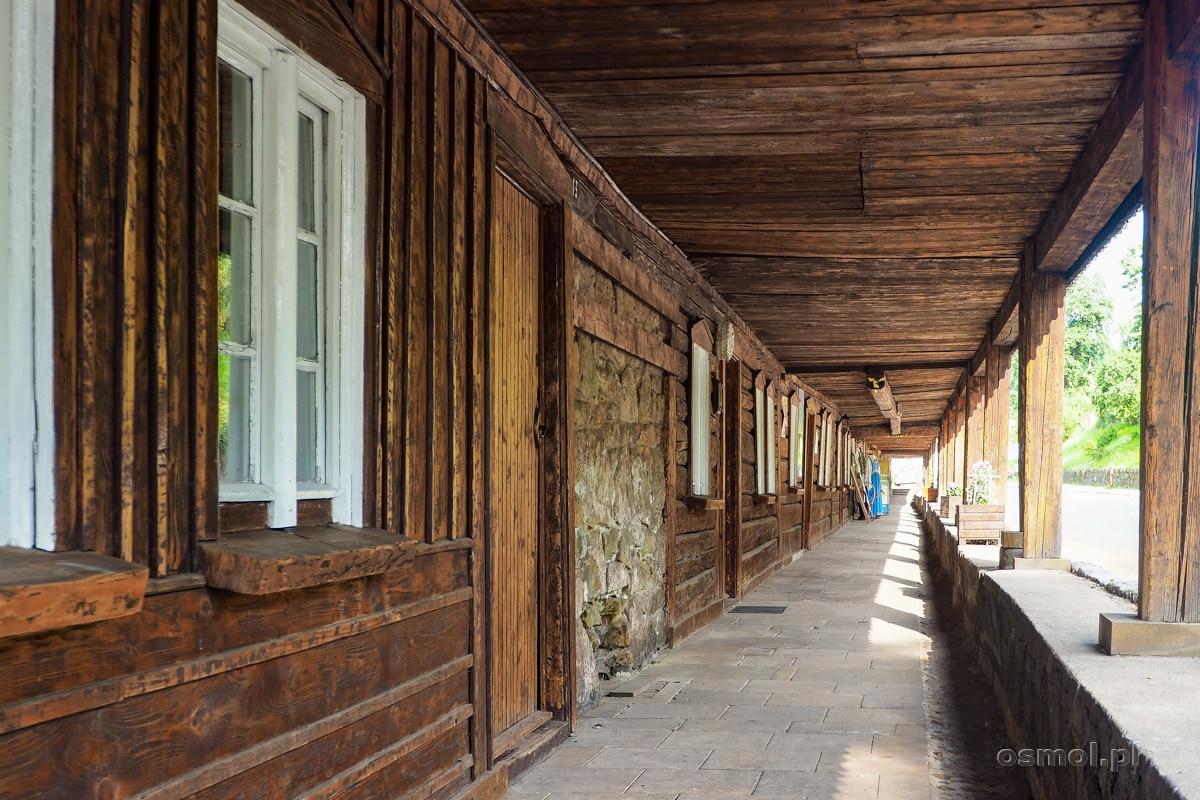 Podcienia drewnianych domów tkaczy w Chełmsku Śląskim