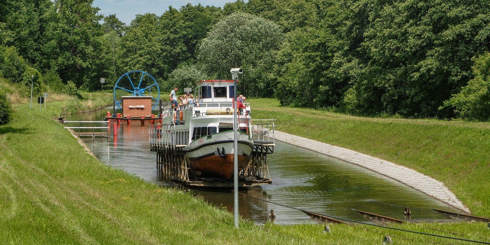 """Kanał Elbląski. Statek na wózku będzie za chwilę wciągany po pochylni by """"popłynąć po trawie"""""""