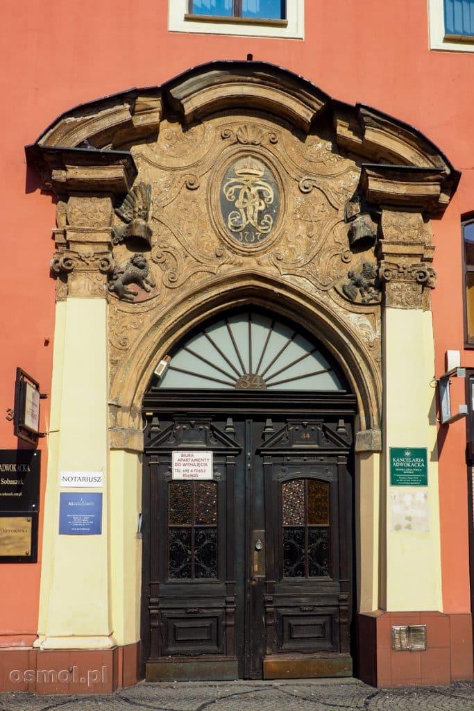 Kamienica Rynek 34 na Rynku w Świdnicy. Z pięknej kamienicy do dziś pozostała część zdobień portalu