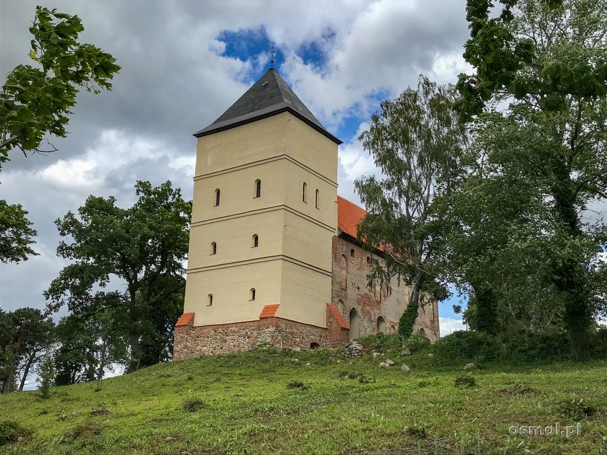Strażnica krzyżacka w Bezławkach z dobudowaną do niej wieżą kościelną