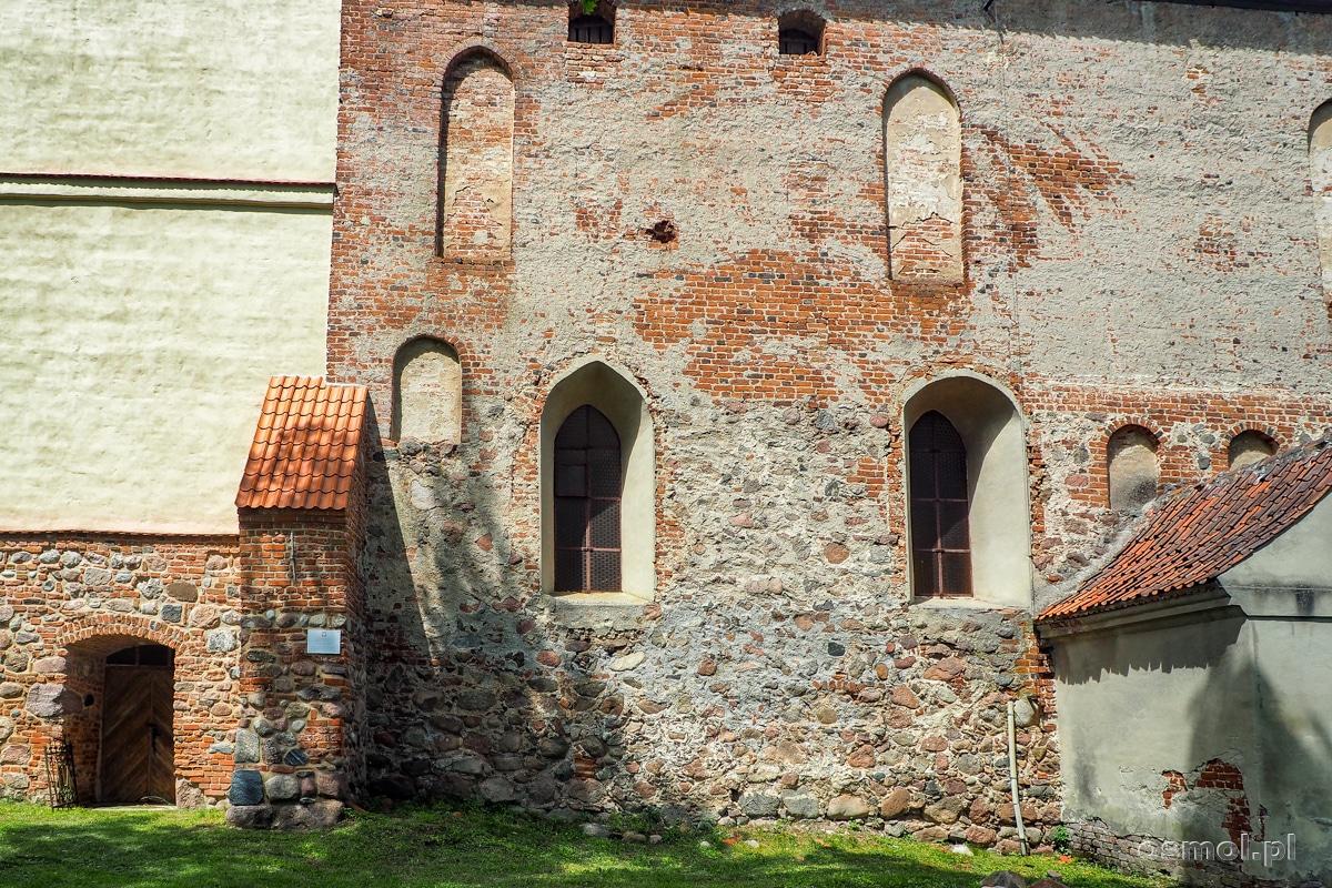 Kamienno-ceglany mur kościoła w Bezławkach