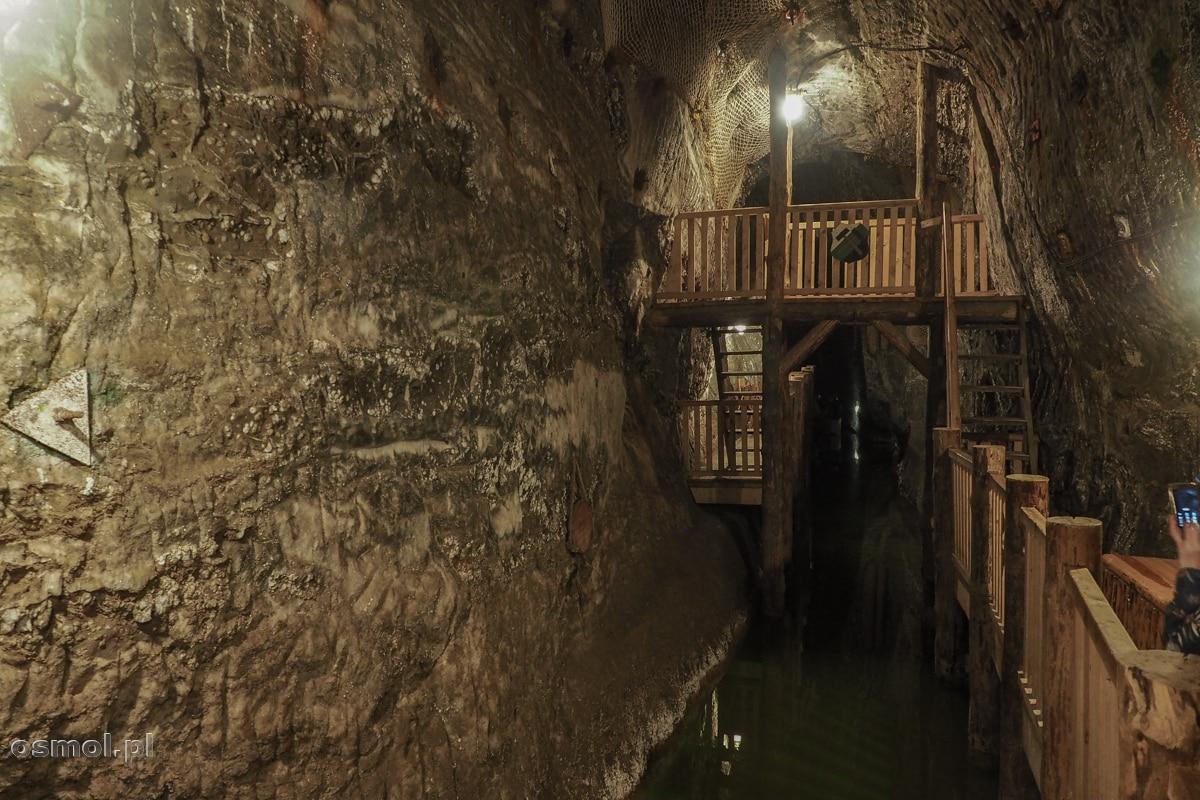 Sztuczne podziemne jezioro po którym pływają łodzie. Kopalnia soli w Bochni