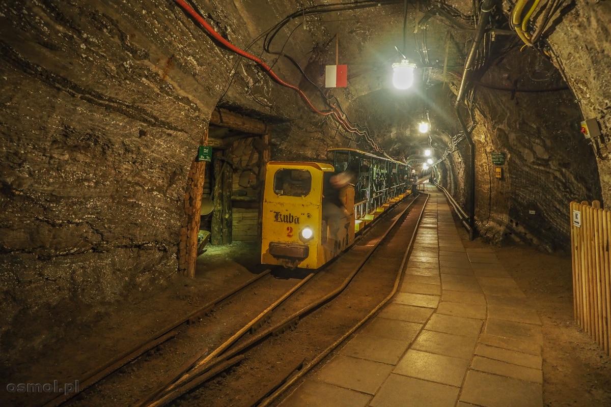 Podziemny pociąg wożący turystów w kopalni soli w Bochni
