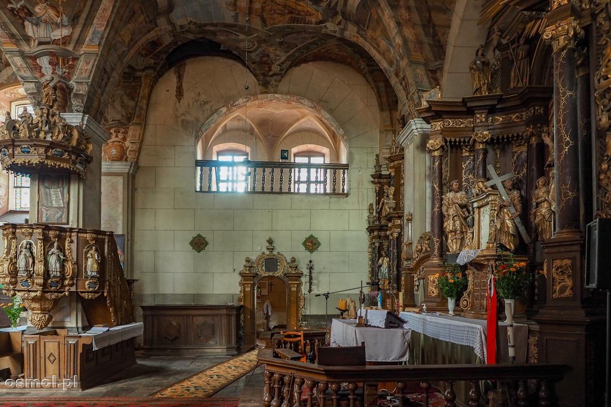 Ambona i ołtarz kościoła w Chwalęcinie