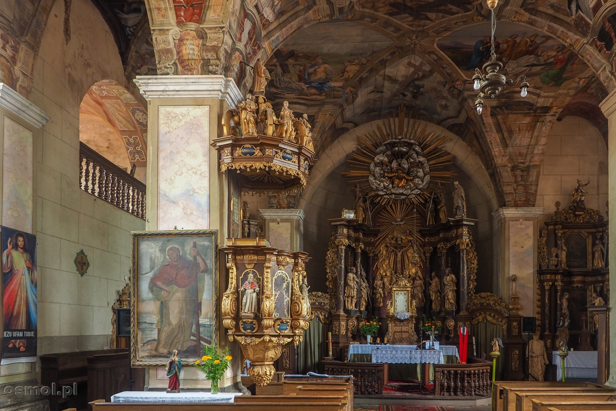 Wnętrze sanktuarium Podwyższenia Krzyża Świętego w Chwalęcinie