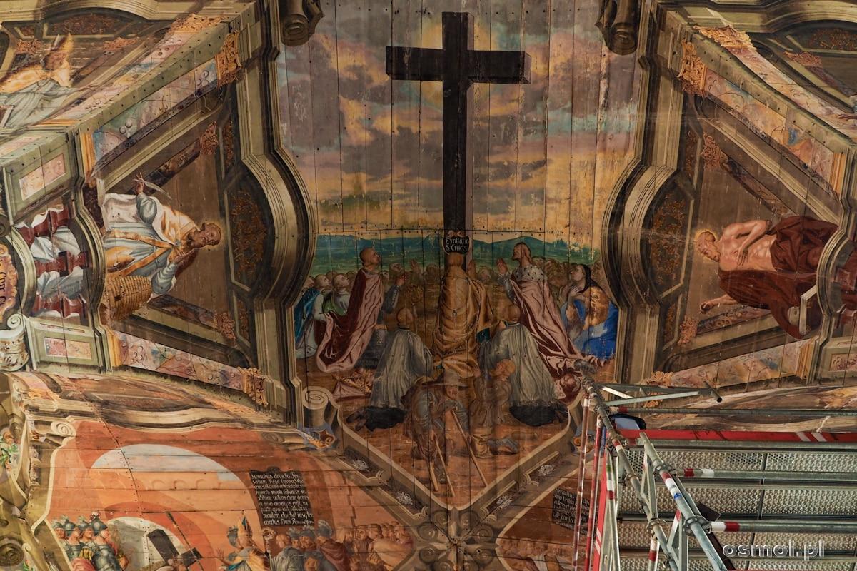 Polichromia na suficie kościoła w Chwalęcinie. W prawym dolnym rogu widać rusztowania ustawione do konserwacji polichromii