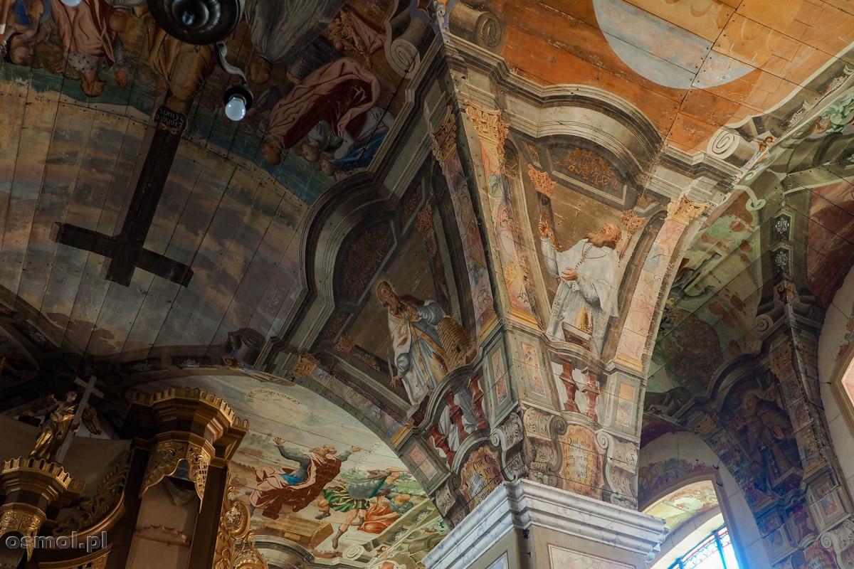 Sufit kościoła a Chwalęcinie ozdabiają piękne polichromie