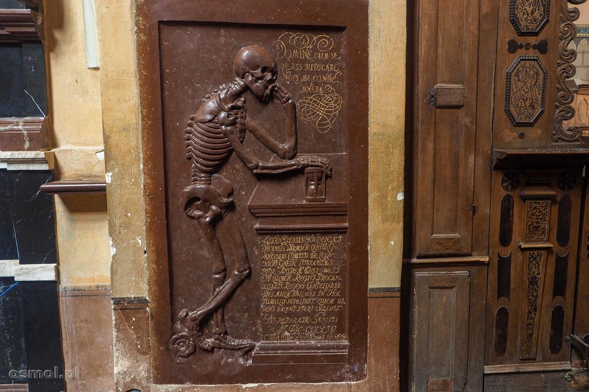 kamienna tablica z epitafium na ścianie archikatedry