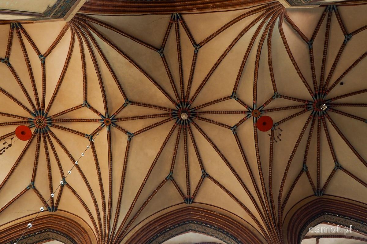 Sklepienie i kardynalskie kapelusze wiszące w katedrze we Fromborku