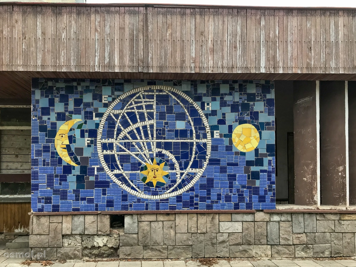 Oryginalna mozaika na niszczejącym dworcu kolejowym we Fromborku.