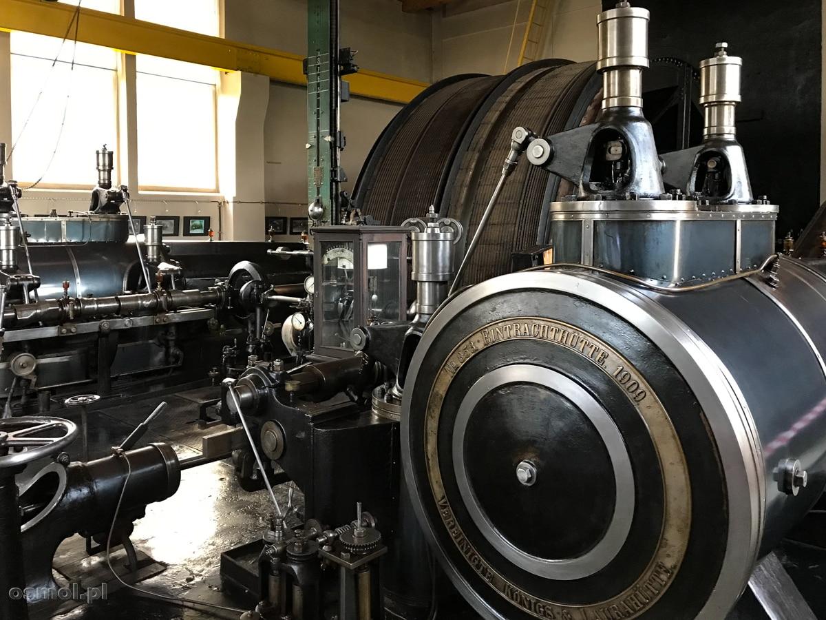 Maszynownia i stara maszyna parowa, która na początku XX wieku napędzała wyciągi i windy kopalni