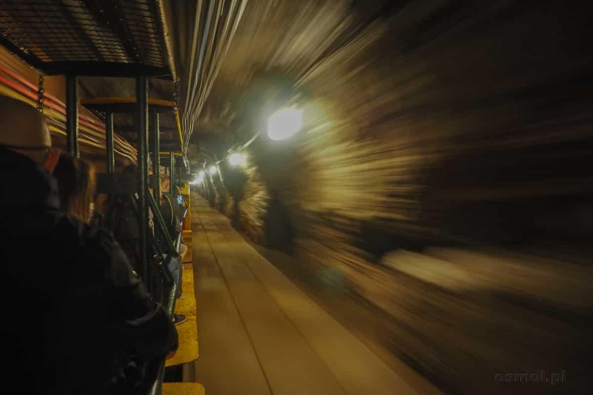 Przejażdżka podziemnym pociągiem w kopalni soli w Bochni