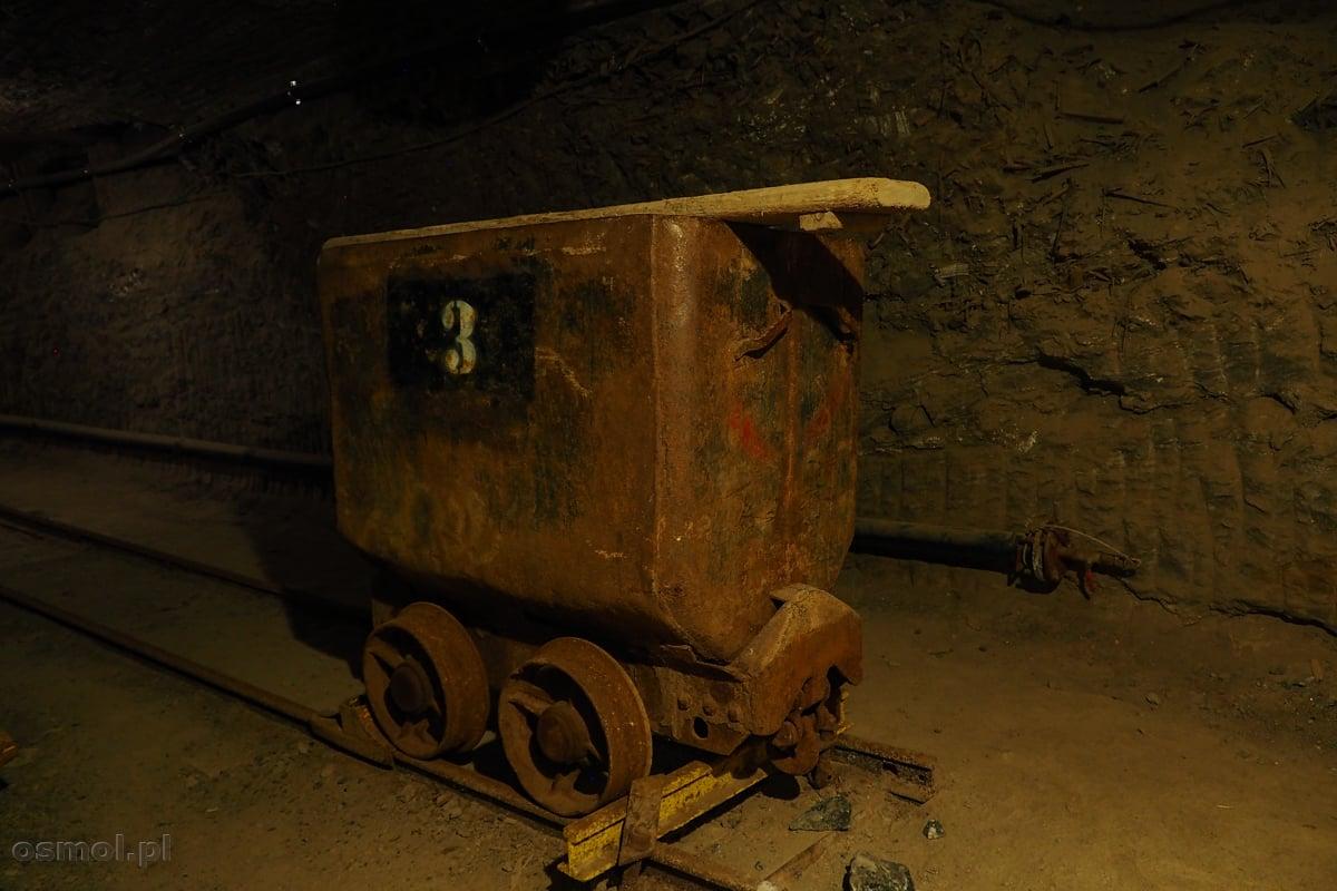 Stary górniczy wagonik, którym niegdyś przewożono sól wydobywaną w kopalni w Bochni
