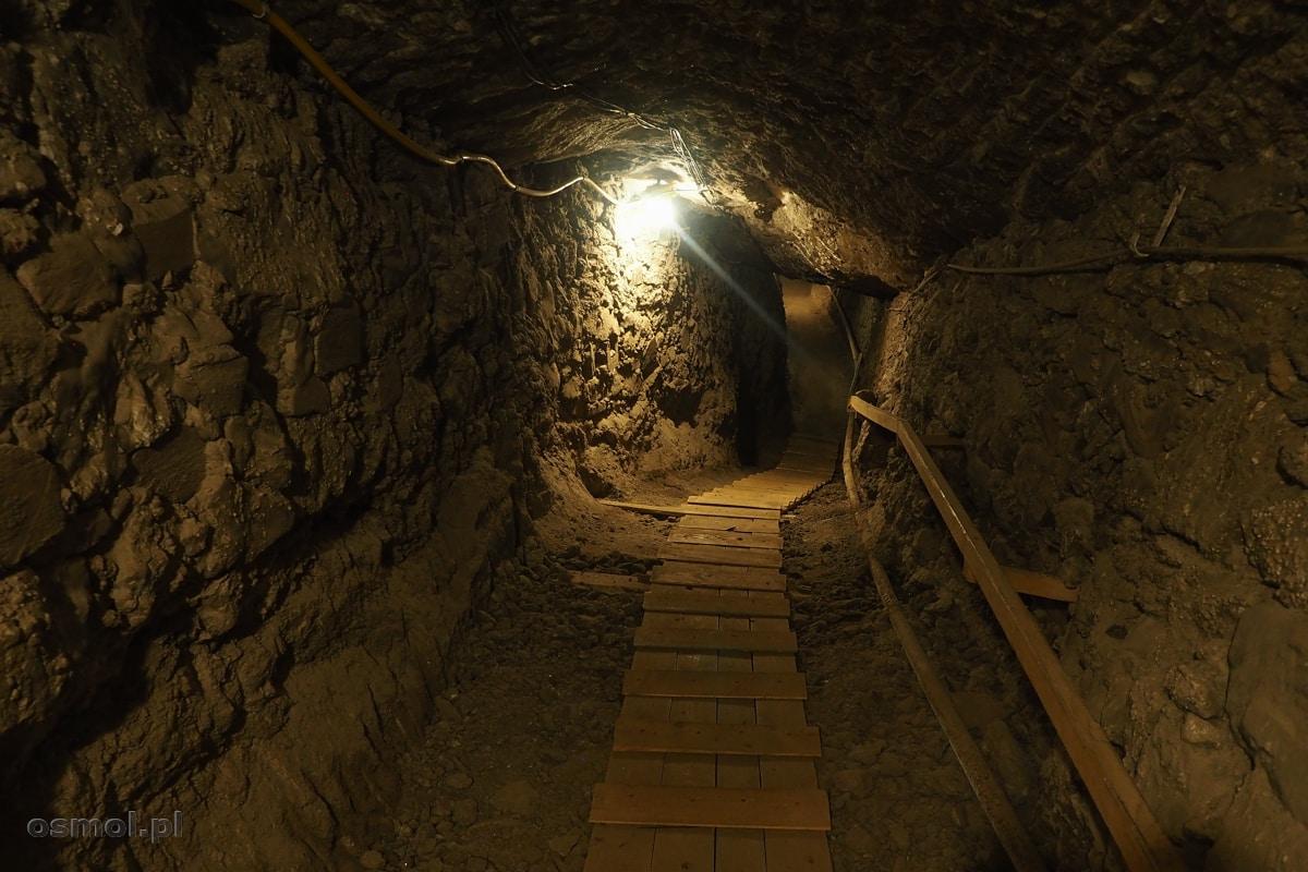 Podziemny chodnik łączący różne poziomy w kopalni soli w Bochni