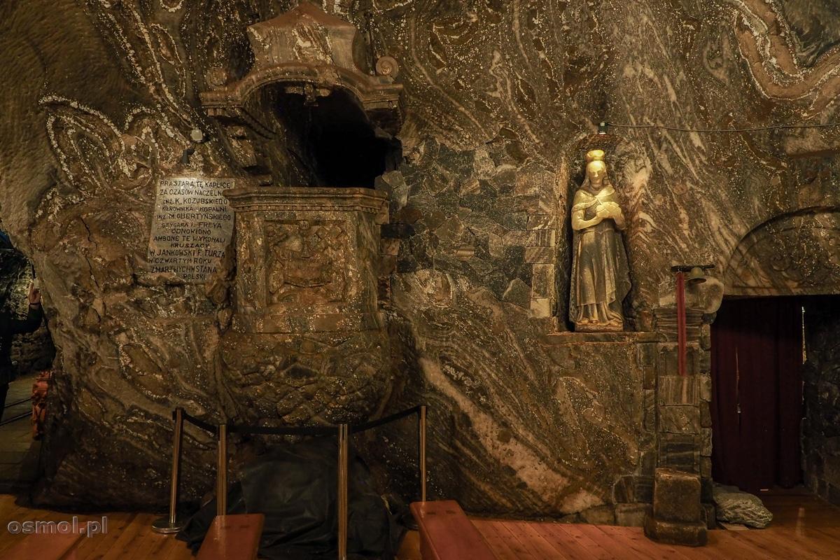 """Ambona z 1922 roku w kopalni soli w Bochni. Napis głosi, że powstała """"w czwartą rocznicę zmartwychwstania Polski"""""""