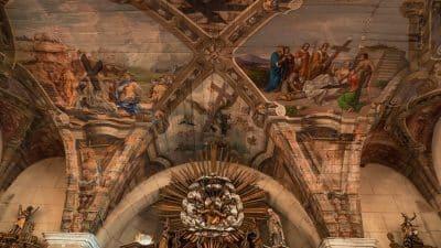 Polichromia na suficie kościoła w Chwalęcinie. Legenda Krzyża Świętego jest motywem przewodnim namalowanym na niemal całym suficie świątyni.