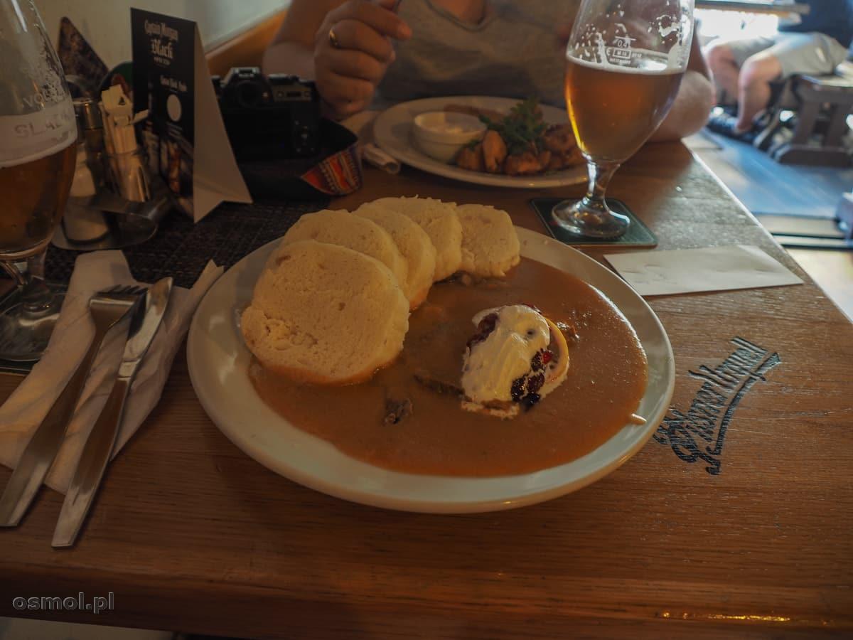 Knedliki i piwo w restauracji w Libercu