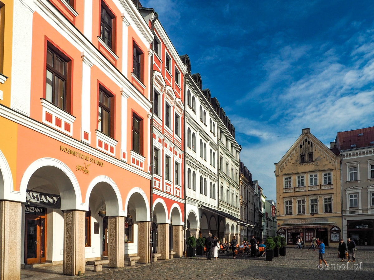 Rynek w Libercu i otaczające kolorowe kamieniczki z podcieniami