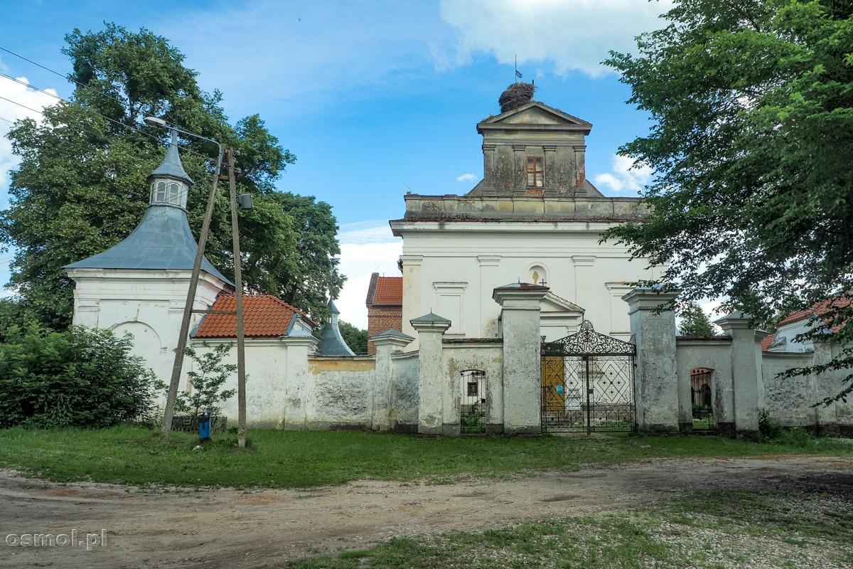 Sanktuarium Podwyższenia Krzyża Świętego w chwalęcinie z zewnątrz nie zdradza, że w środku kryje cuda