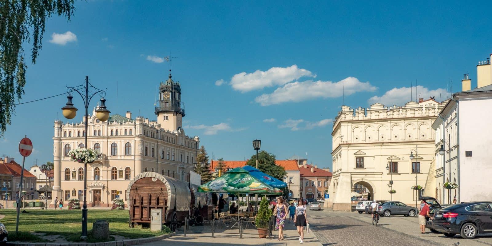 Jarosław. Widok na Rynek wraz z największymi atrakcjami: Ratuszem i kamienicą Orsettich