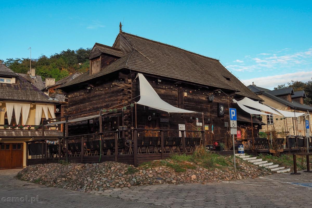 Drewniane jatki na Małym Rynku w Kazimierzu Dolnym. Cudem przetrwały wojnę, ale na szczęście zrujnowane, znów zostały odbudowane.