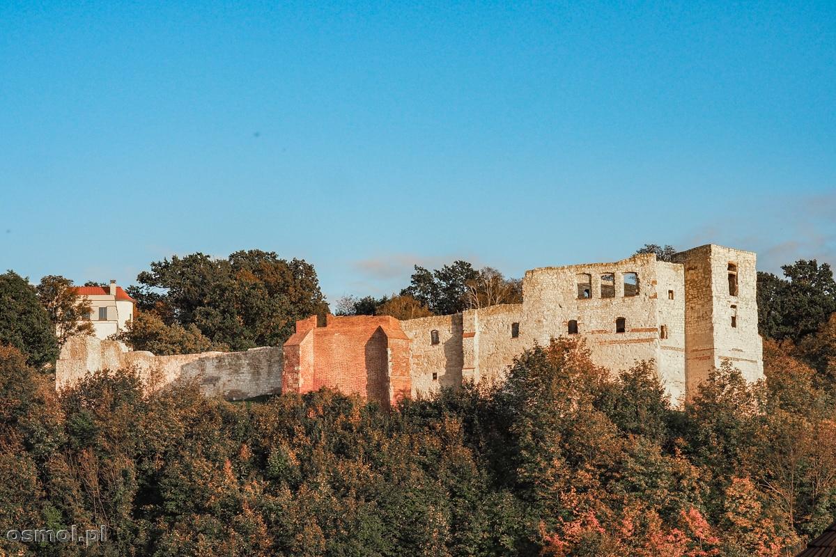 Widok na ruiny zamku w Kazimierzu Dolnym z bulwarów nad Wisłą