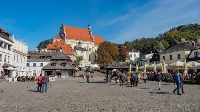Kazimierz Dolny. Widok na Rynek, studnię i farę