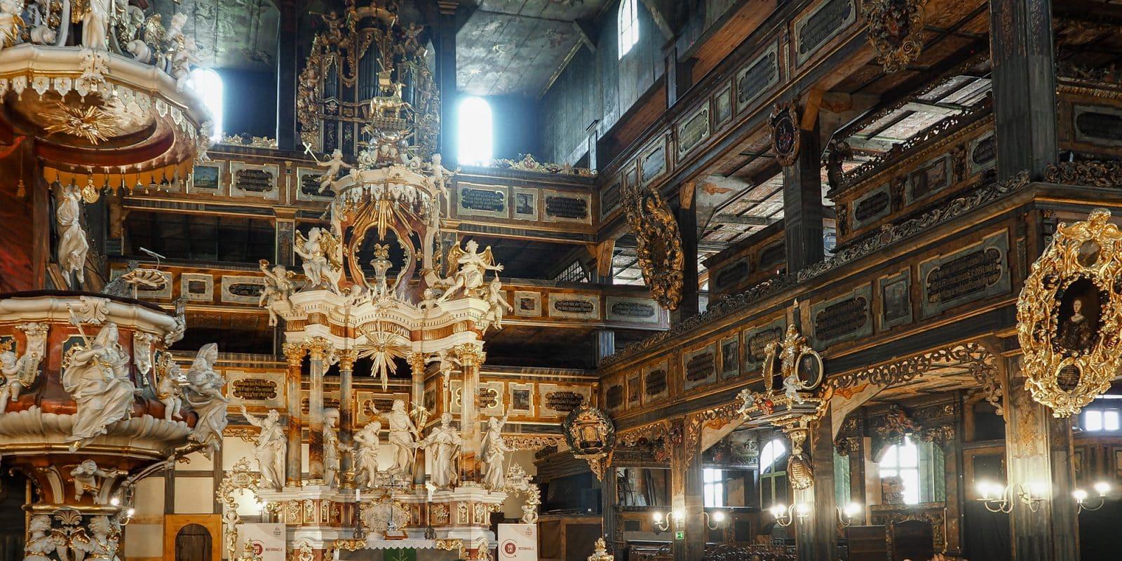 Wnętrze Kościoła Pokoju w Świdnicy. Po lewo ambona, w centrum ołtarz a po prawo ozdobne empory
