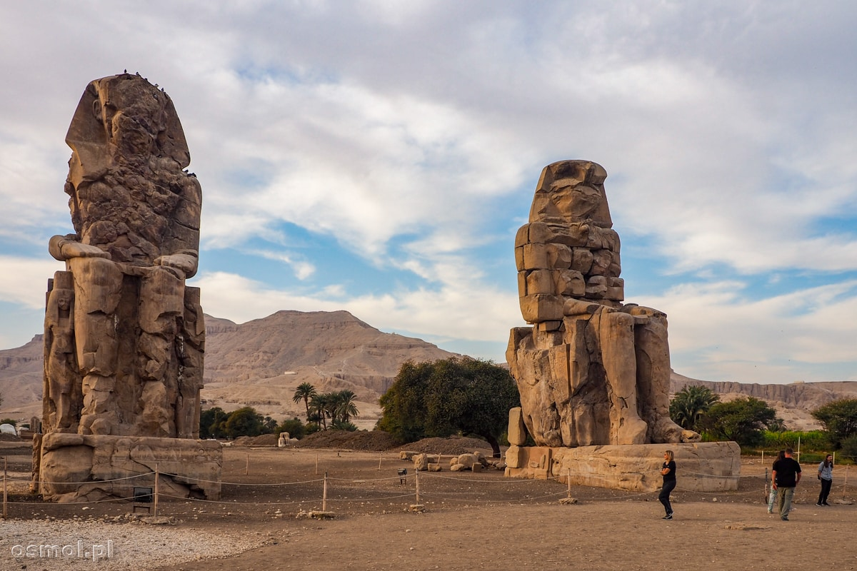 Kolosy Memnona w Luksorze niedługo przed zachodem słońca.