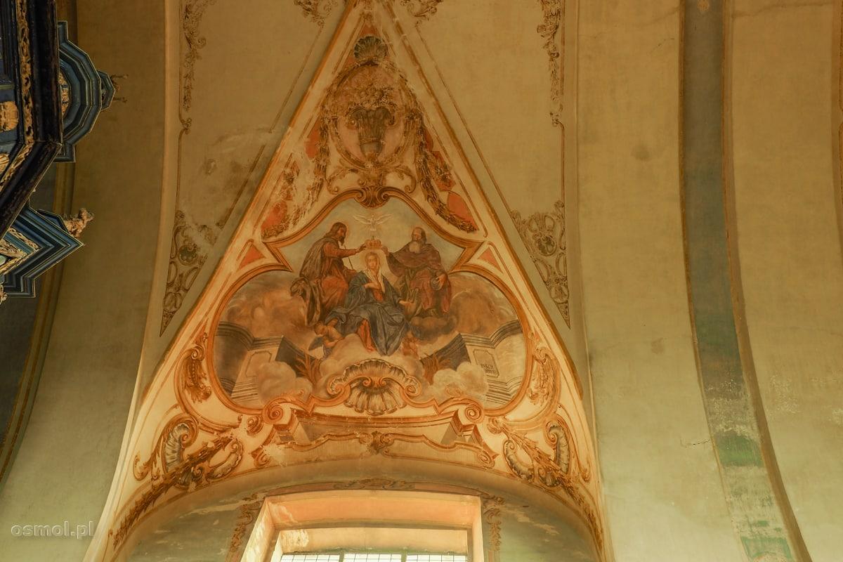Czas powoli zaciera freski na suficie kościoła w Krośnie na Warmii