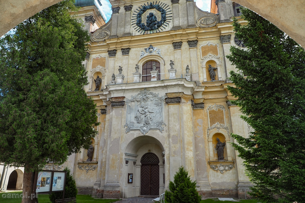 Wejście do kościoła w Krośnie na Warmii