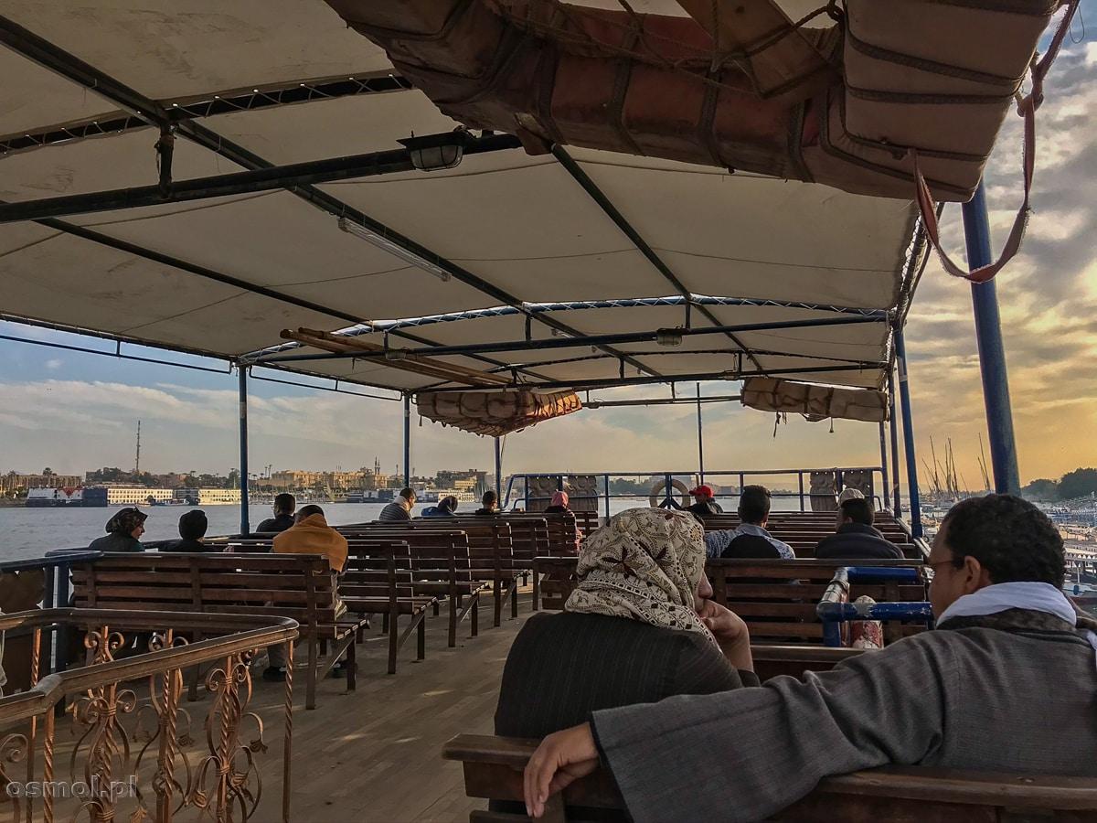 Prom przez Nil ze wschodniego brzegu Luxoru na zachodni, by obejrzeć Dolinę Królów i inne zabytki