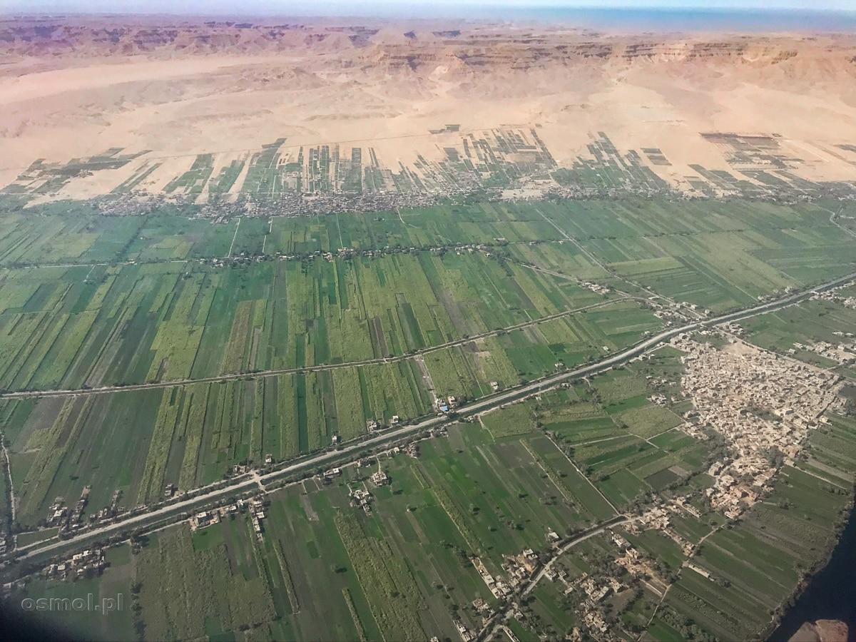 Widok podczas podchodzenia do lądowania w Luksorze. Zieleń nawadnianych pół i wydzierana pustyni ziemia uprawna