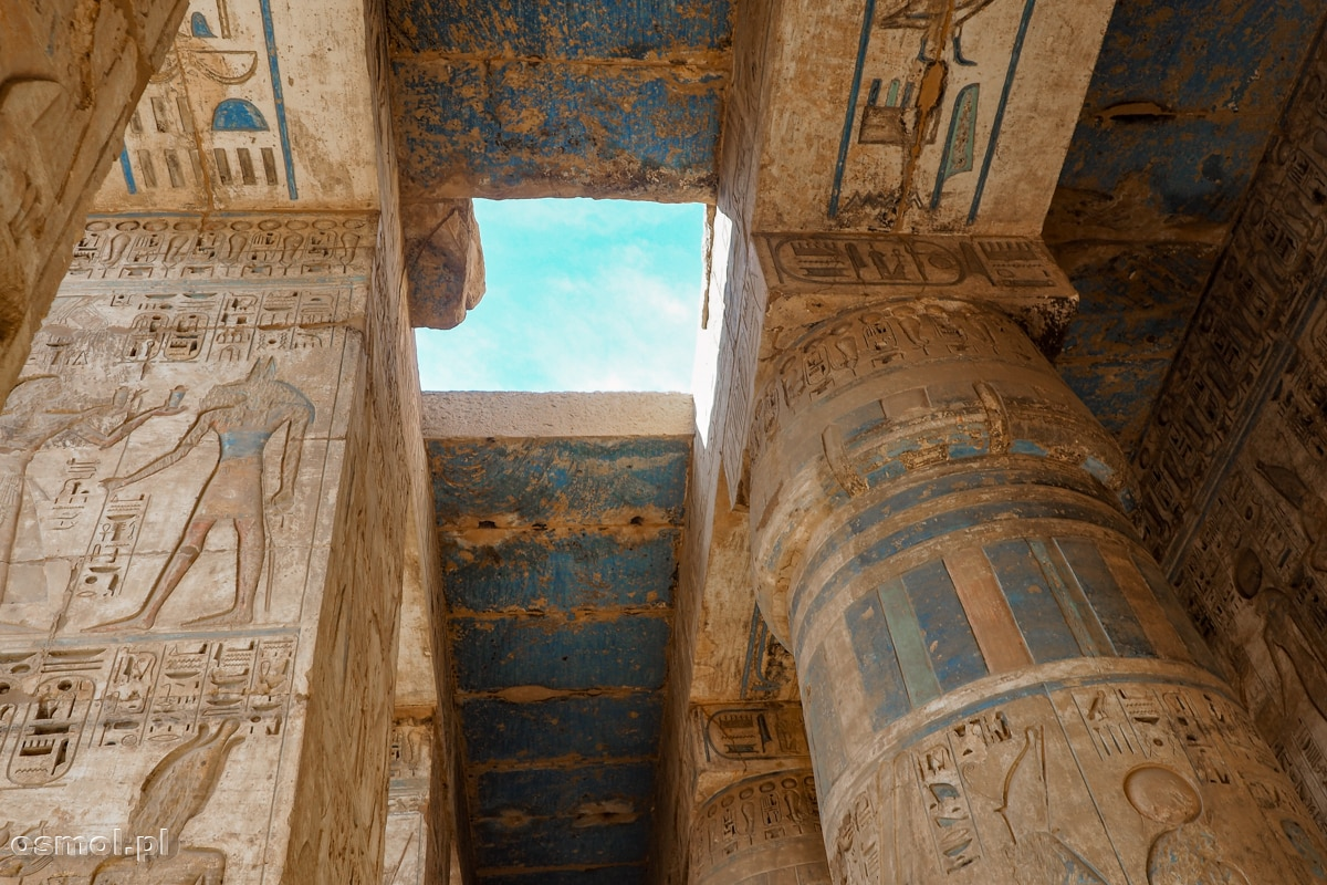 Kolorowe sklepienie i kolumny w świątyni Medinet Habu w Luxorze