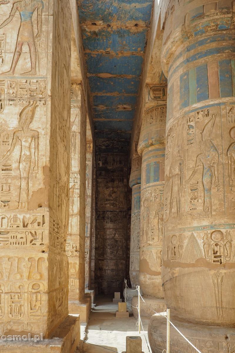 Ozdobny sufit i kolumny z hieroglifami w Medinet Habu