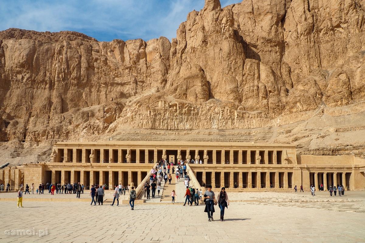 Przed Świątynią Hatszepsut w Luksorze