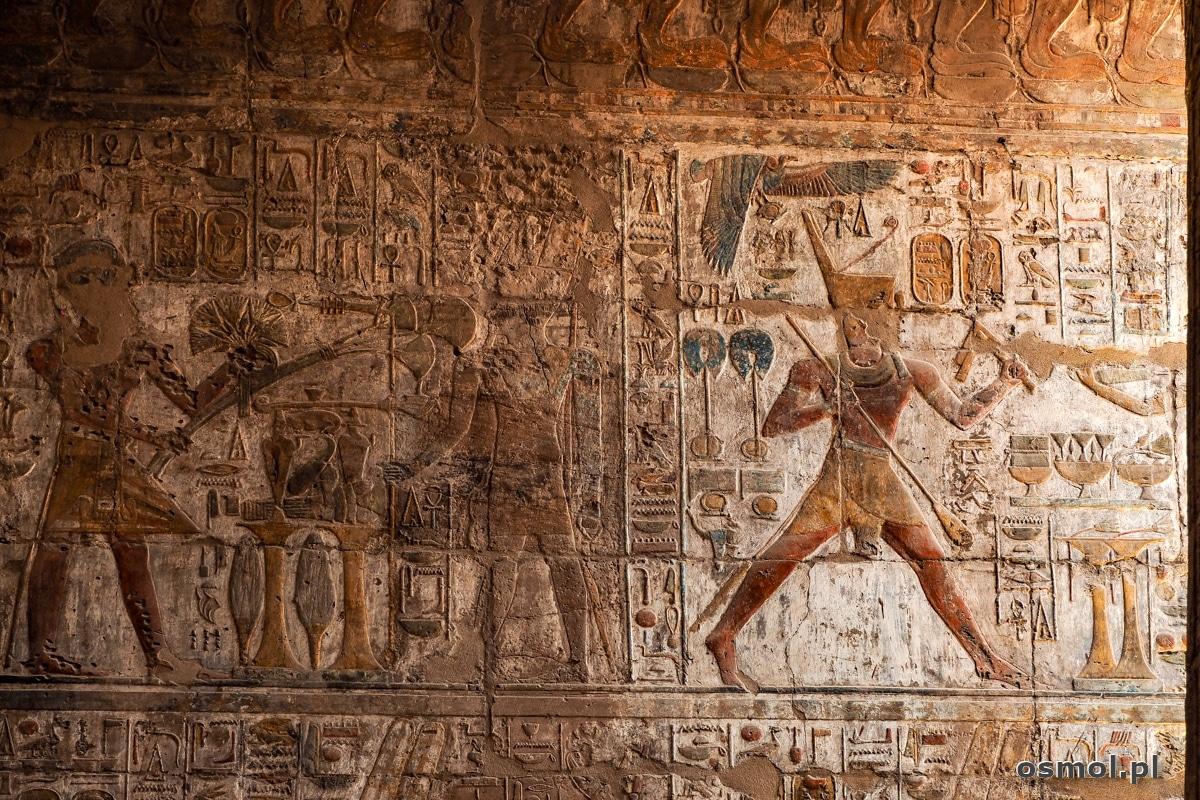 Hieroglify i płaskorzeźby w Świątyni Luksorskiej