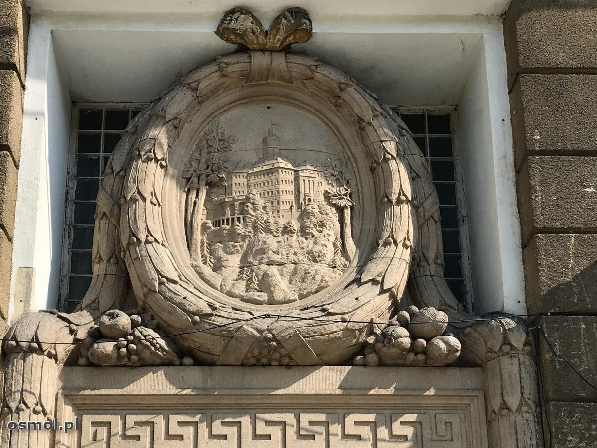 Wizerunek zamku Książ nad wejściem do dawnego Grand Hotelu