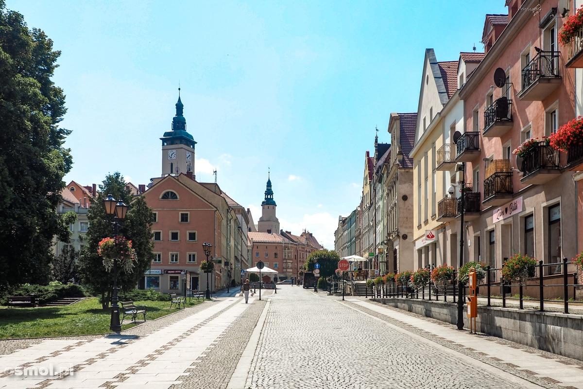 Widok na pierzeję kamienic i Rynek w Złotoryi.