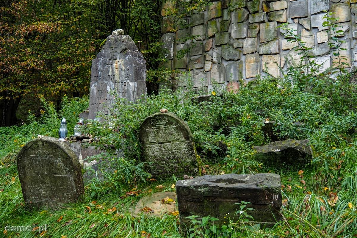 Macewy przed pamiątkowym murem obok cmentarza żydowskiego w Ka
