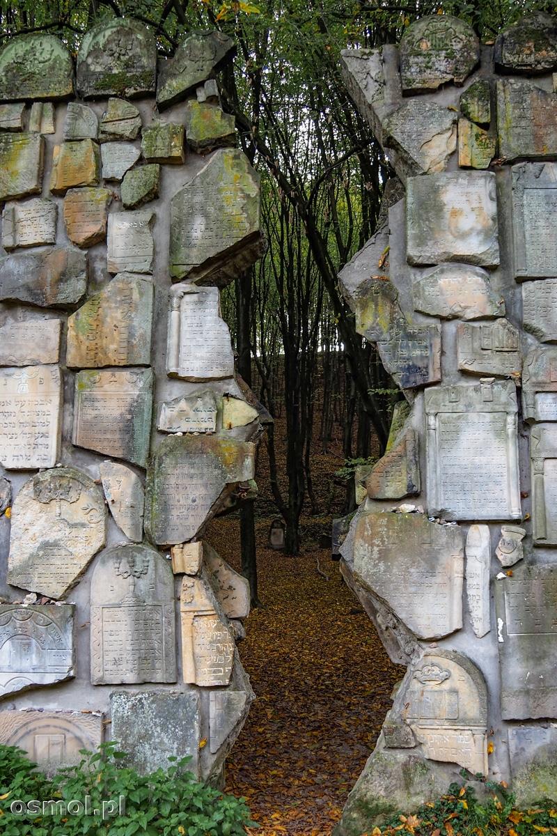 Fragment symbolicznego muru na cmentarzu w Kazimierzu Dolnym