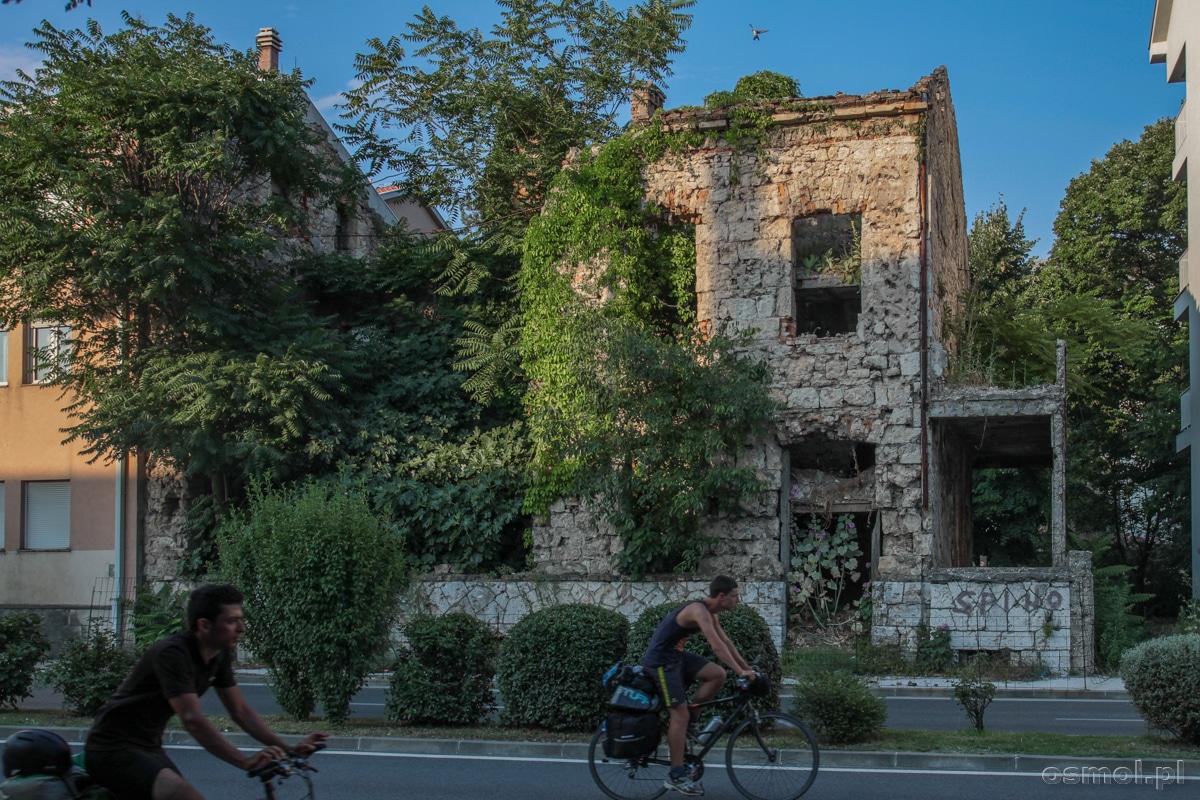 Na tej ulicy Mostaru przebiegała linia frontu. Nie wszystkie domy odbudowano, część wciąż straszy wypalonymi oknami i śladami po kulach