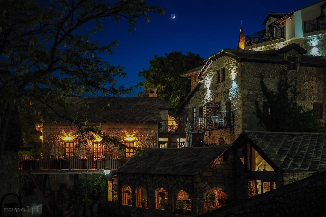 Restauracje w Mostarze nocą potrafią wyglądać jak z bajki