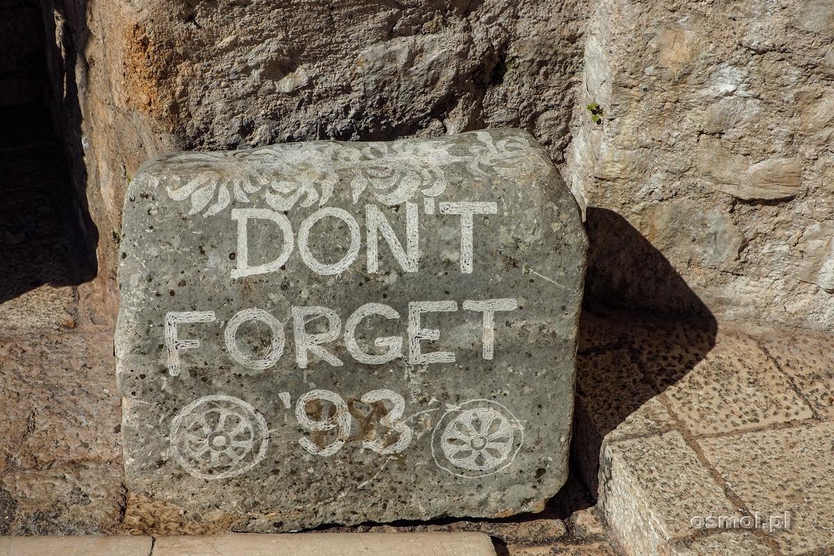 Nie zapominaj roku 93 - pamiątkowy kamień w Mostarze koło wejścia na Stary Most. 1993 wtedy kilkusetletnia konstrukcja runęła do wody.