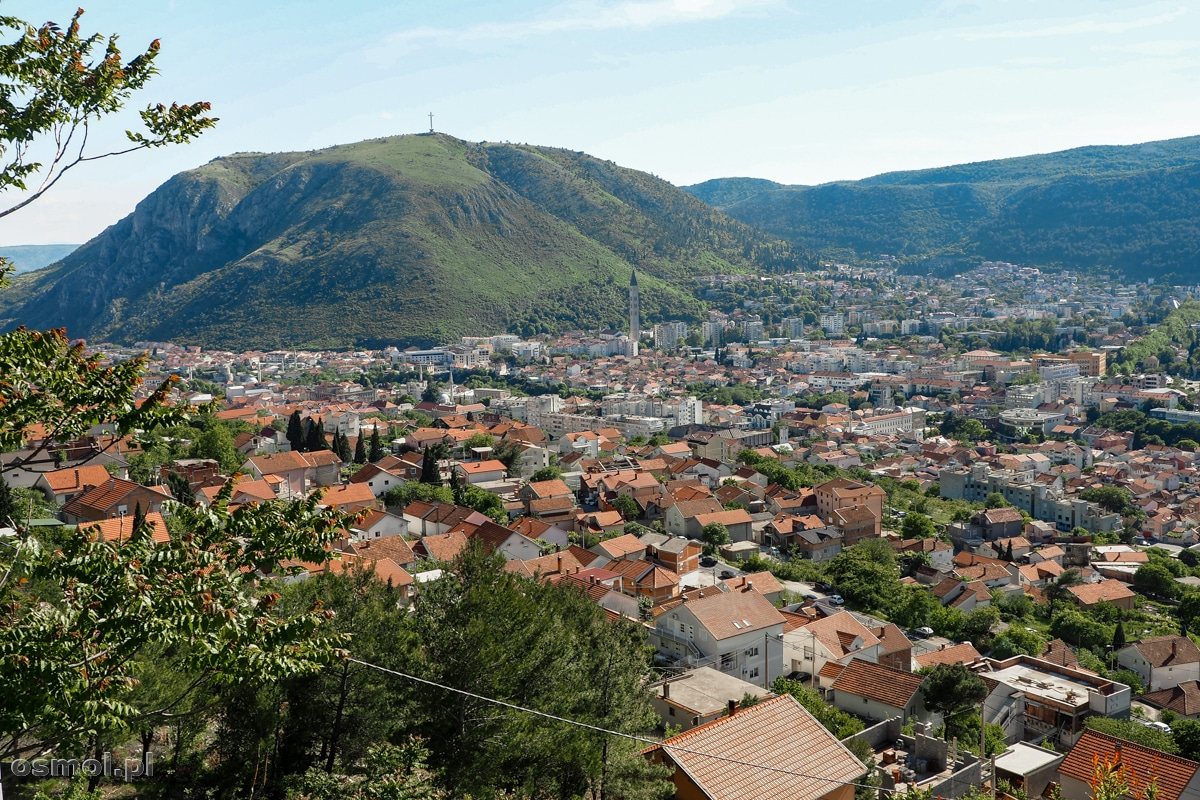 Panorama Mostaru. Tu widać najwyższą kościelną wieżę.
