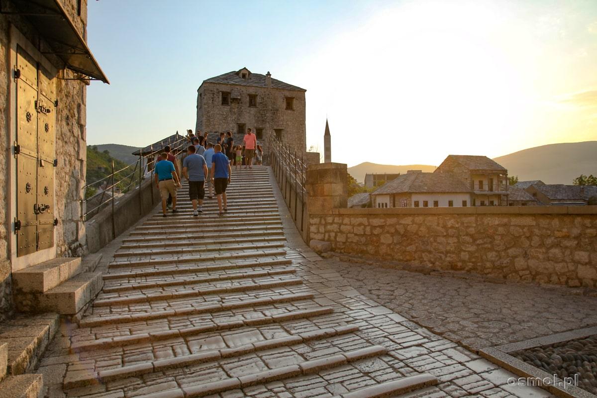 Wejście na most w Mostarze podczas złotej godziny