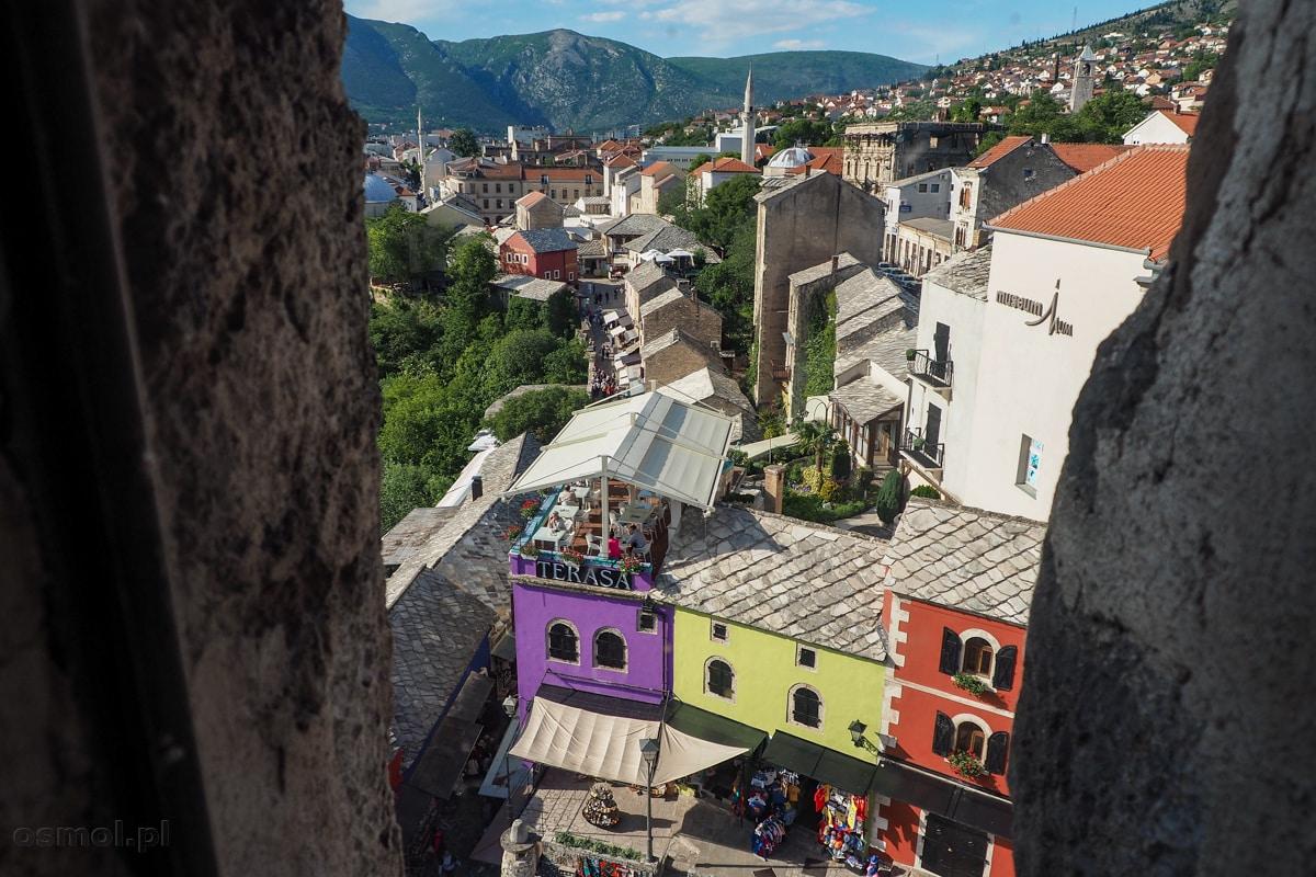 Widok na zabytkową część Mostaru z Muzeum Starego Mostu