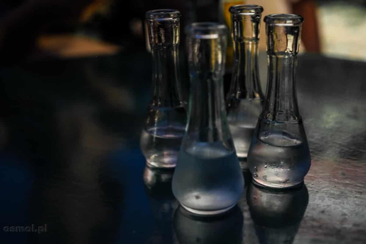 Małe karafki na rakiję, w których sprzedają alkohol blisko Starego Mostu