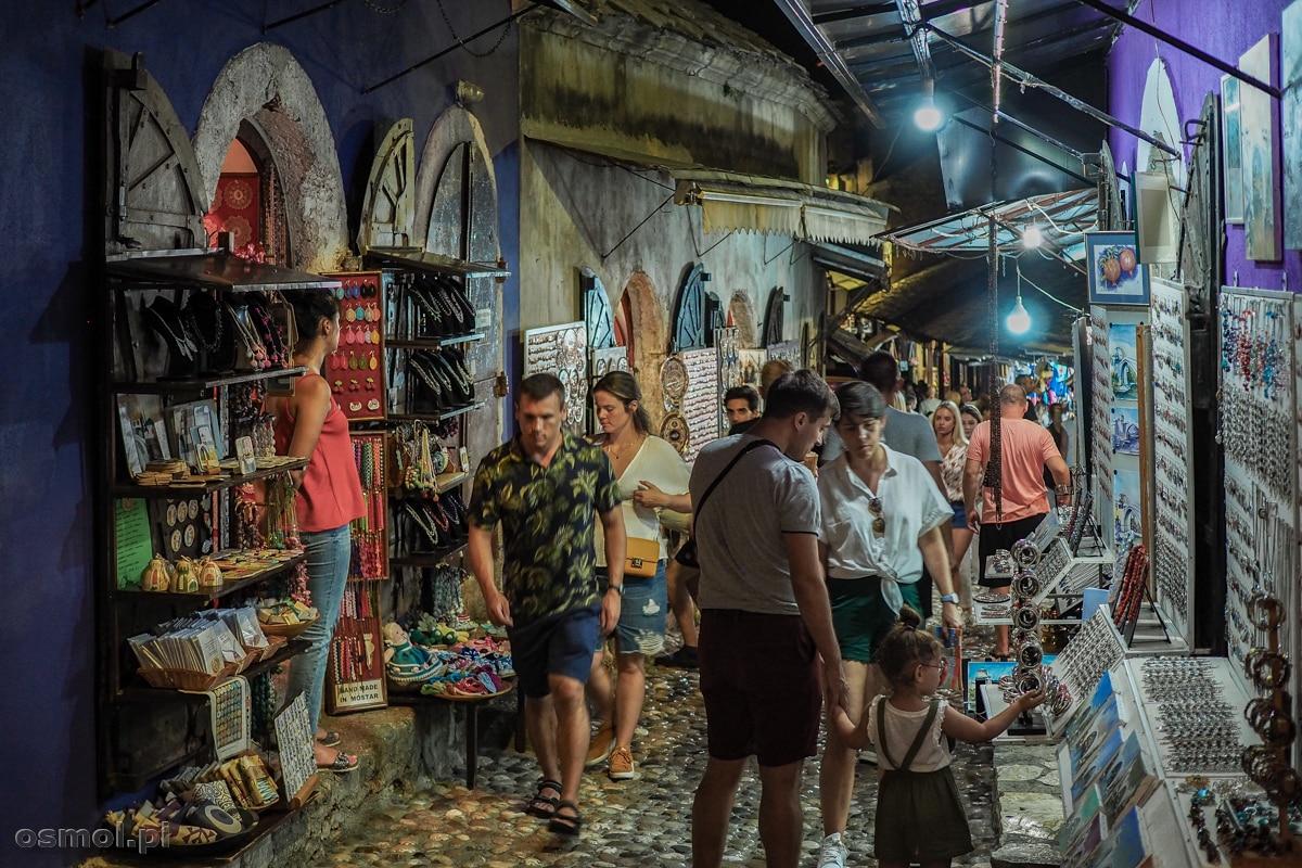 Handel pamiątkami kwitnie w Mostarze do późnych godzin nocnych